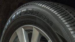 Däckmärkning Vad betyder alla bokstäver och siffror på däcket? På ett däck står väldigt mycket information som hjälper dig eller din däckverkstad att välja rätt däck till din bil.